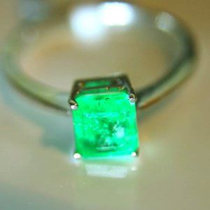 Emerald 1.11ct Solid 18K White Gold Ring